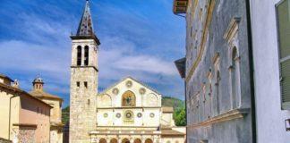 Spoleto: un'auto scende la scalinata del Duomo