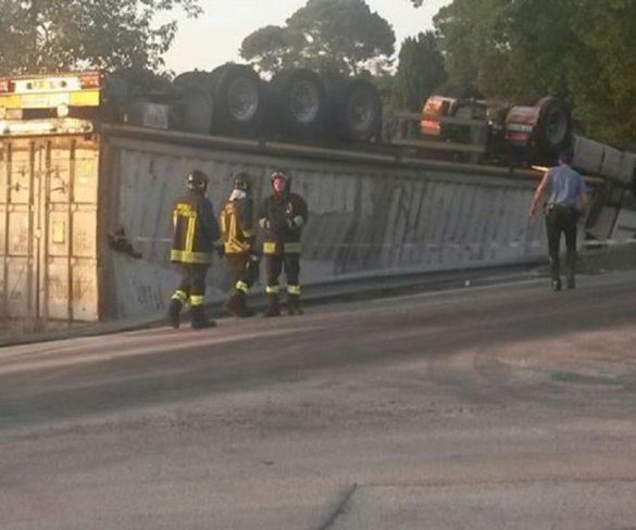 I Vigili del Fuoco recuperano un camion ribaltato