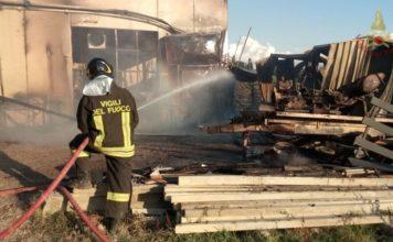 Incendio distrugge una falegnameria: nessun ferito