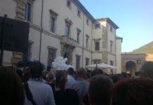 Commozione e tanti palloncini bianchi al funerale di Roberto